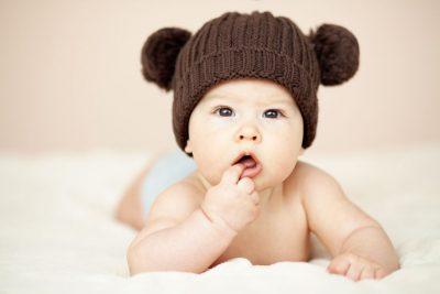 Bambino con cappello